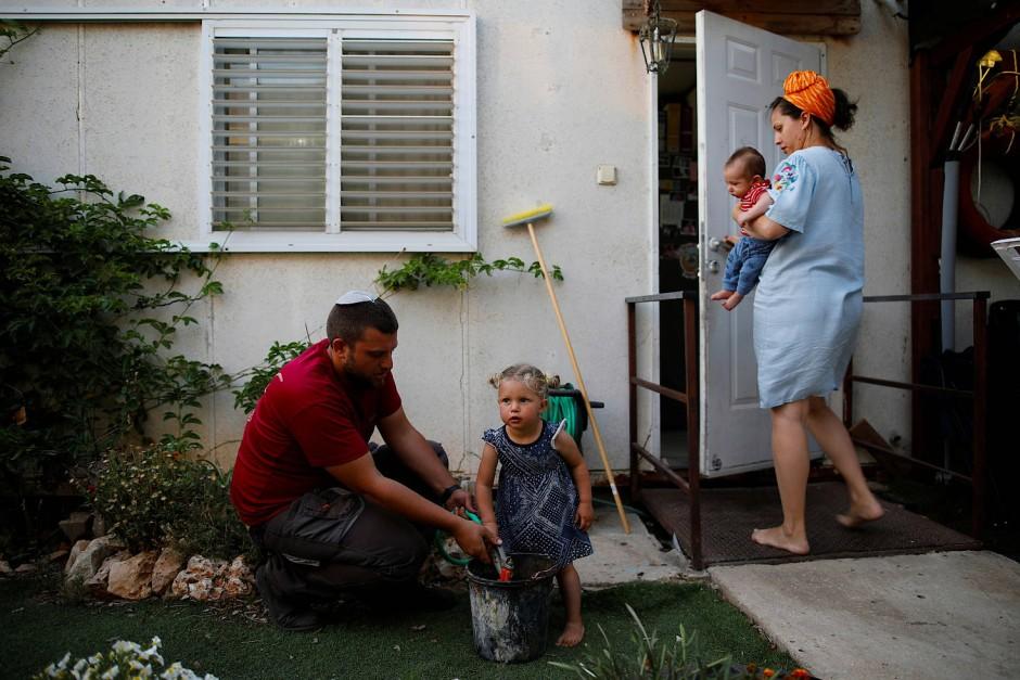 Eine israelische Familie im Garten der Siedlung Ofra im bestzten Westjordanland. Ofra gehört zu den ersten Siedlungen die von Israel nach der Besetzung 1967 errichtet wurden.
