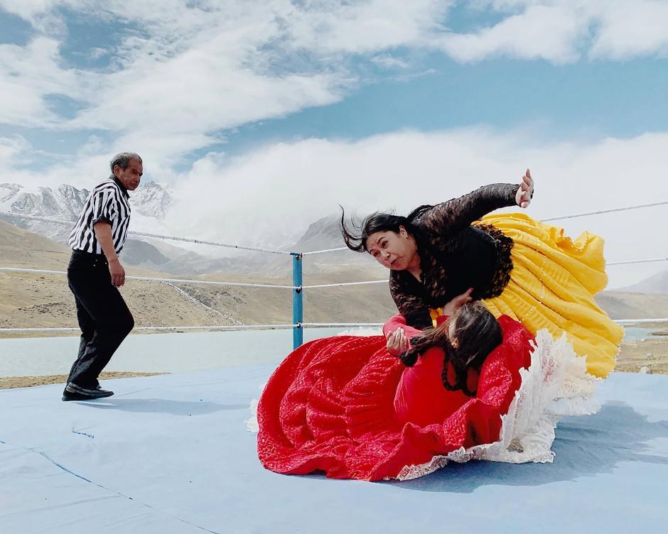 """Die brasilianische Fotografin Luisa Dörr porträtiert in ihrer Serie die """"Fighting Cholitas"""", eine Gruppe von indigenen Frauen in traditioneller bolivianischer Kleidung, die in Ringkämpfen auftreten. Einst als eine der am stärksten marginalisierten Gemeinschaften des Landes betrachtet, sind sie nach Bürgerrechtskampagnen in den 1960er Jahren für viele zu einem Symbol für die Emanzipation der Frauen geworden."""