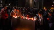 In der Altstadt von Halle gedenken am Mittwochabend zahlreiche Menschen der Opfer.