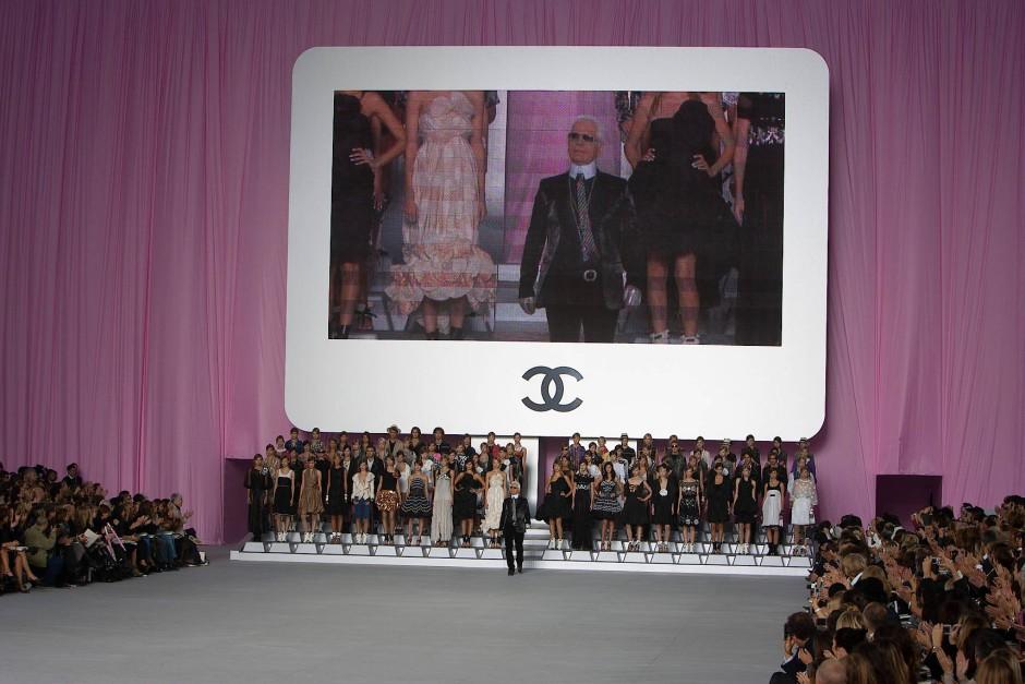 Auf großer Bühne: Lagerfeld beim Schluss-Defilee im Grand Palais im Oktober 2005
