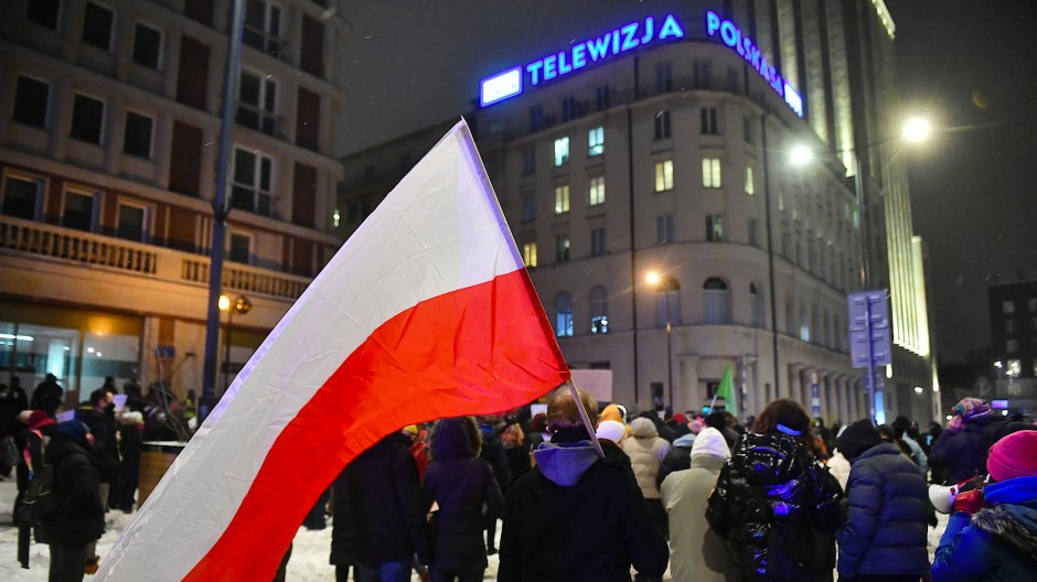 Demonstranten vor dem PiS-nahen Fernsehsender TVP am 10. Februar