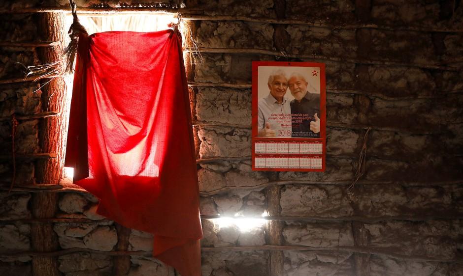 """""""Vermutlich stimme ich für die Partei von Papa Lula. Der Boss hat uns immer schon geholfen."""" Poster des ehemaligen brasilianischen Präsidenten und Gründungsmitglied der Arbeiterpartei Luiz Inacio Lula da Silva hängen an der Wand von Maria da Luz."""