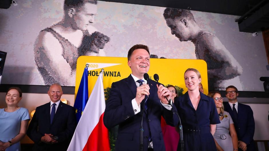 Erfolgreicher Politneuling: Holownia am Wahlabend am Sonntag vor seinen Anhängern in Warschau.