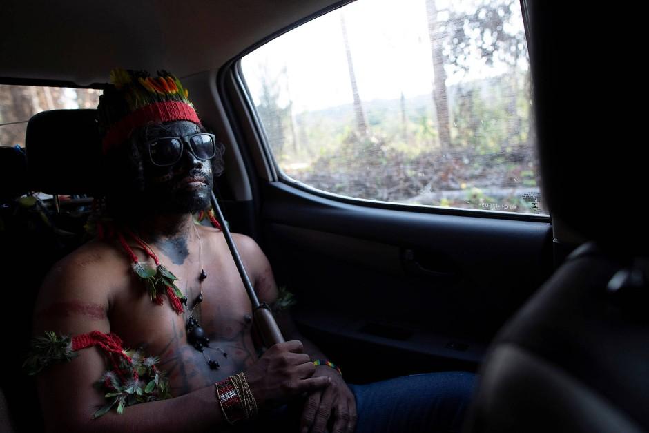 """Feuer mit Feuer bekämpfen: Einer der """"Waldwächter"""" sitzt im Auto, auf der Suche nach illegalen Holzfällern."""