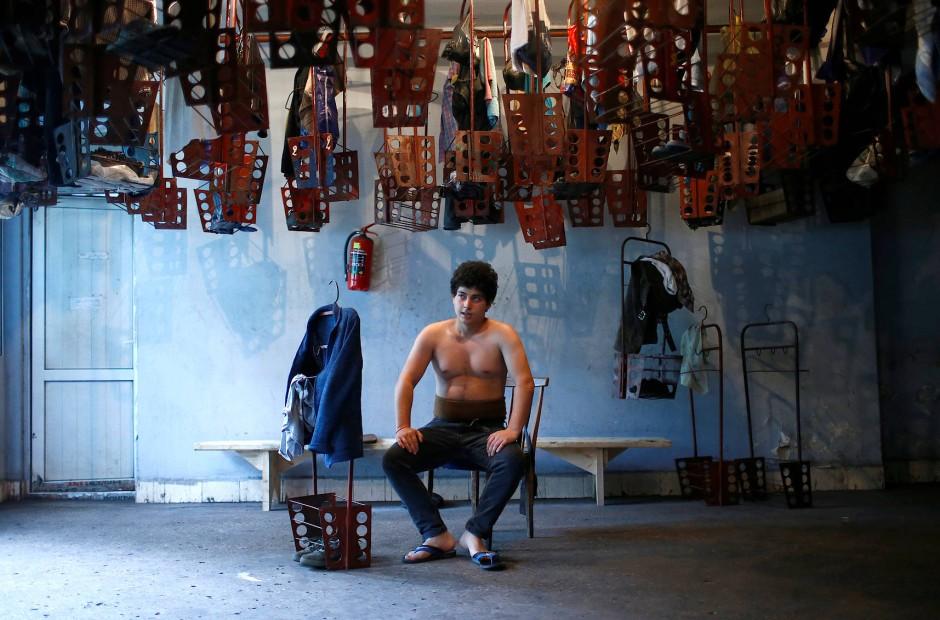 Der 20 Jahre alte Bergarbeiter David Tsnobiladze ruht sich nach der schweren Arbeit unter Tage im Umkleideraum der Kohlegrube aus.