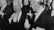Nach ihrem Rundgang durch die Ausstellung erfrischen sich am 1.2.1957 Bundesernährungsminister Heinrich Lübke (links) und der Berliner regierende Bürgermeister Dr.Otto Suhr an der Milchbar auf der Grünen Woche.