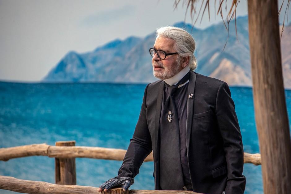 Zum letzten Mal bei einer Prêt-à-Porter-Schau: Karl Lagerfeld blickt am 2. Oktober 2018 im Grand Palais von einem Holzsteg auf die Models am künstlichen Strand.