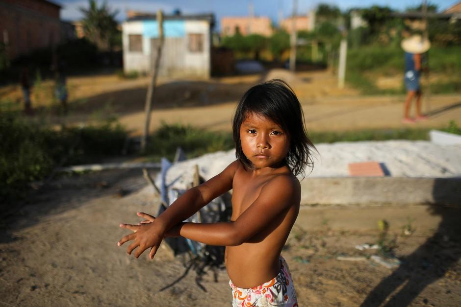 Ein Kind schaut in die Kamera von Bruno Kelly im Parque das Trios.