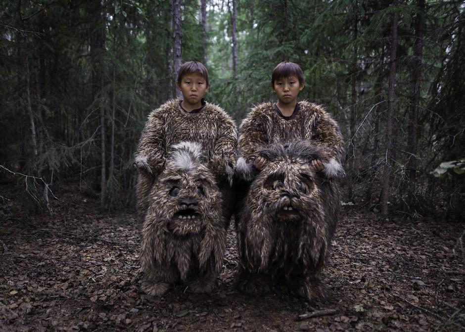 """In seinem Werk """"Sakhawood"""" dokumentiert Alexey Vasilyev (Russland) die populäre Filmindustrie in der abgelegenen Region Jakutien in Russland. Jährlich werden dort sieben bis zehn Spielfilme produziert, die von romantischen Komödien bis hin zu Märchen reichen und oft auf lokalen Legenden basieren. Obwohl es sich dabei um Amateurfilme handelt, haben diese Filme auf internationalen Festivals zunehmend Anerkennung gewonnen. Einige boten sogar den Hollywood-Blockbustern in den örtlichen Kinosälen Paroli."""