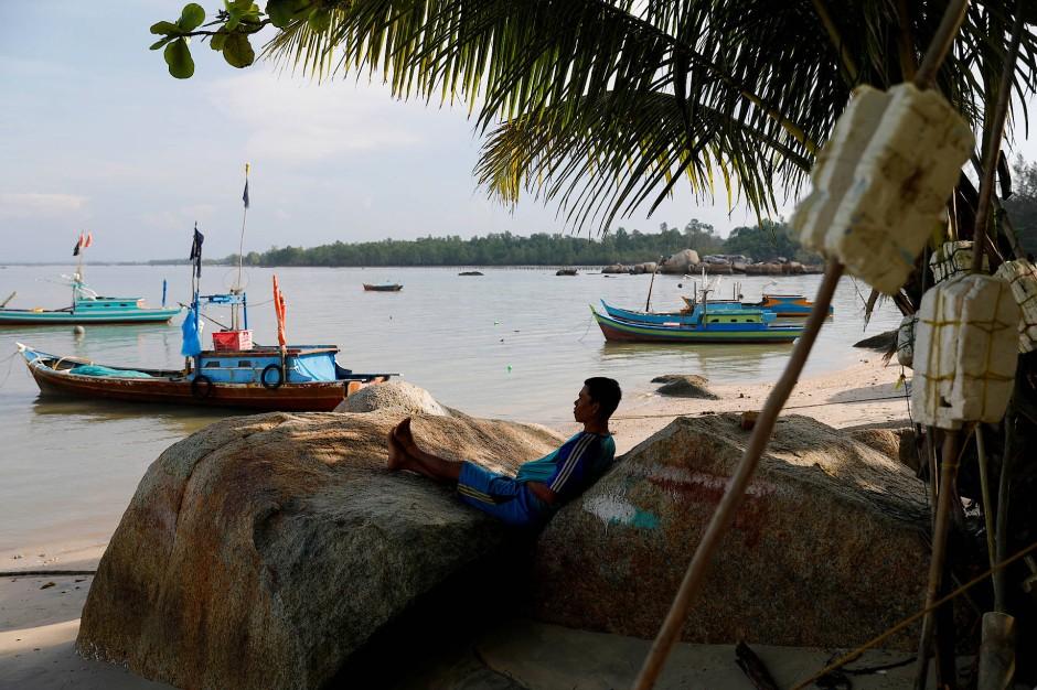 Ein Fischer rastet nach getaner Arbeit im Dorf Batu Perahu.
