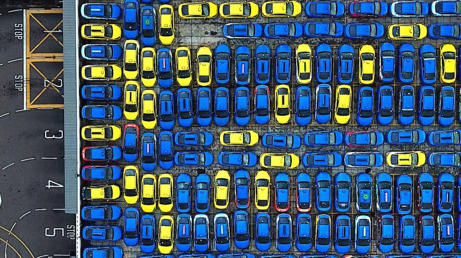 """Die Fotografie  """"Turn 1 2 3 4 5""""  von  Wong Chek Poh zeigt durch die Covid-19-Pandemie ungenutze Taxis, geparkt auf dem Dach eines Parkhauses in Singapur."""