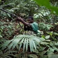 Illegales Ziel im Visier: ein Wilderer auf der Jagd im Busch.
