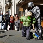 Demonstranten machen sich vor dem Supreme Court über Boris Johnson als wütenden Hulk lustig