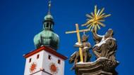 Der Kirchturm der Stadtpfarrkirche Mariä Himmelfahrt in Tirschenreuth