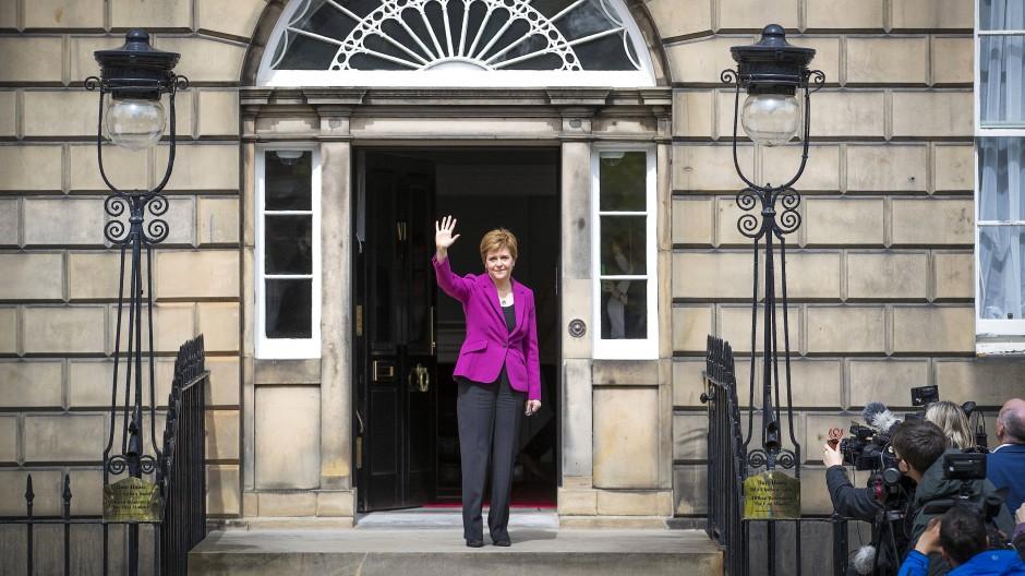 So winkt die Siegerin: Schottlands Regierungschefin Sturgeon am Sonntag vor dem Bute House in Edinburgh