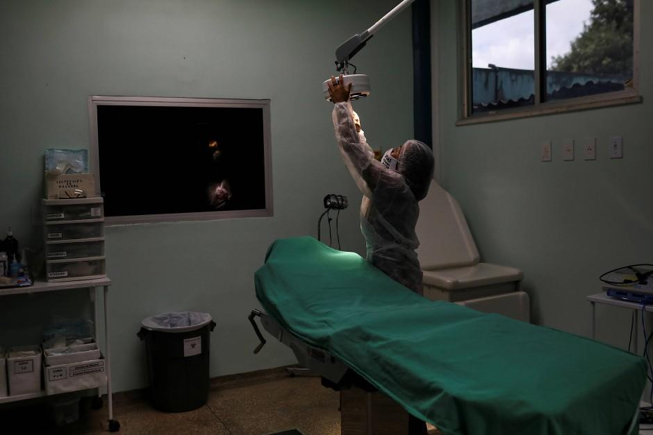 Vanda bereitet einen Behandlungssaal im Krankenhaus vor. Hier arbeitet sie.