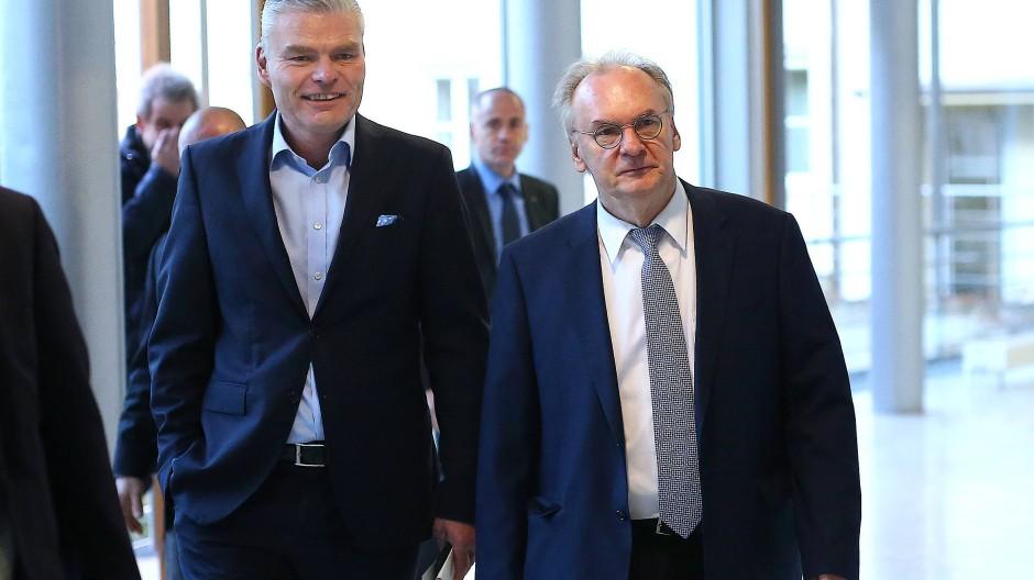 Holger Stahlknecht (links) muss sich gedulden, denn so schnell wird Reiner Haseloff seinen Posten nicht räumen.