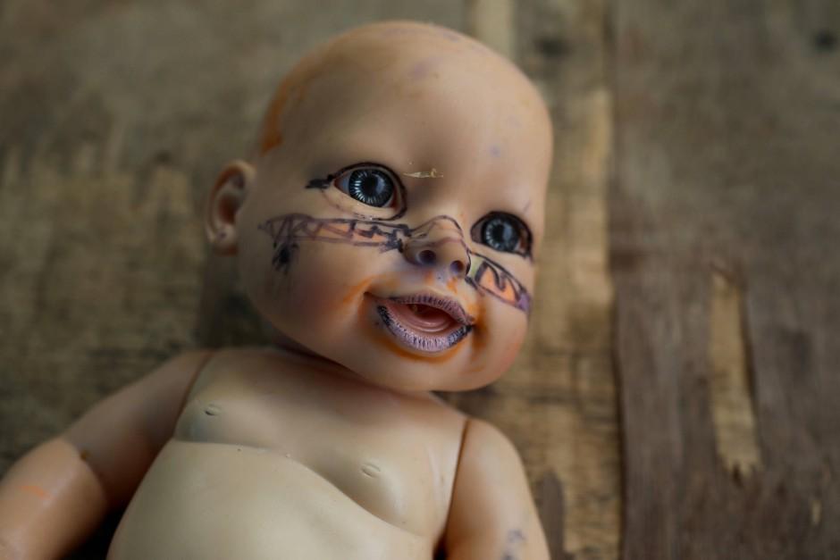 Eine Puppe hat indigene Gesichtsbemalungen bekommen.