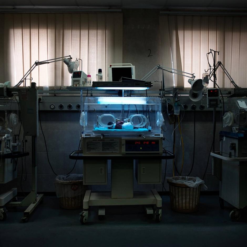 Ein gerade zur Welt gekommenes Baby in einem Inkubator im Al-Shifa Hospital, Gaza