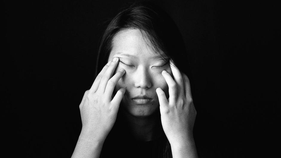Gewinnerbild: Für Metamorphosis hat KyeongJun Yang eine Schwarz-Weiß-Serie mit Porträts und  Stillleben fotografiert, in deren Zentrum Julie Chen steht. Die junge Frau zog nach der Trennung ihrer Eltern im Alter von zwölf Jahren von China in die USA und lebt seitdem dort.
