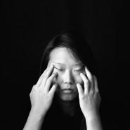 """Gewinnerbild: Für """"Metamorphosis"""" hat KyeongJun Yang eine Schwarz-Weiß-Serie mit Porträts und  Stillleben fotografiert, in deren Zentrum Julie Chen steht. Die junge Frau zog nach der Trennung ihrer Eltern im Alter von zwölf Jahren von China in die USA und lebt seitdem dort."""