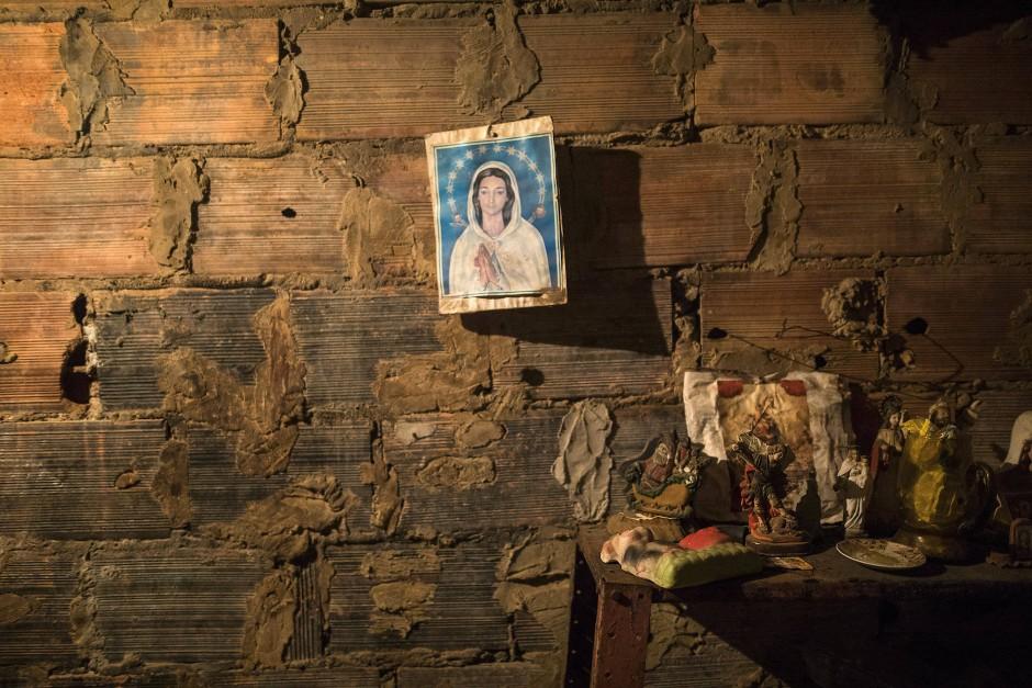 Ein Bild der Jungfrau Maria hängt an einer Ziegelwand neben dem Raum, in dem eine Leiche für die Bestattung vorbereitet wird. Die Kosten für den Transport der Leiche, den Sarg und die Beerdigung können Hunderte von Dollar betragen. Bei einem durchschnittlichen Mindestlohn von drei Euro im Monat ist das unbezahlbar.