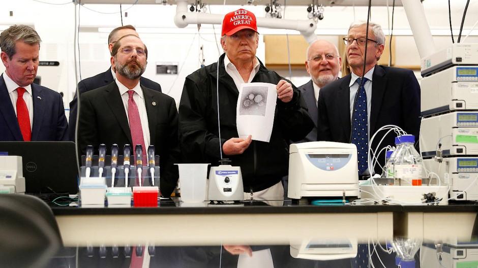 Am 6. März trat Trump in der Behörde für Seuchenbekämpfung (CDC) auf. Damals versuchte er noch, die Corona-Krise kleinzureden.