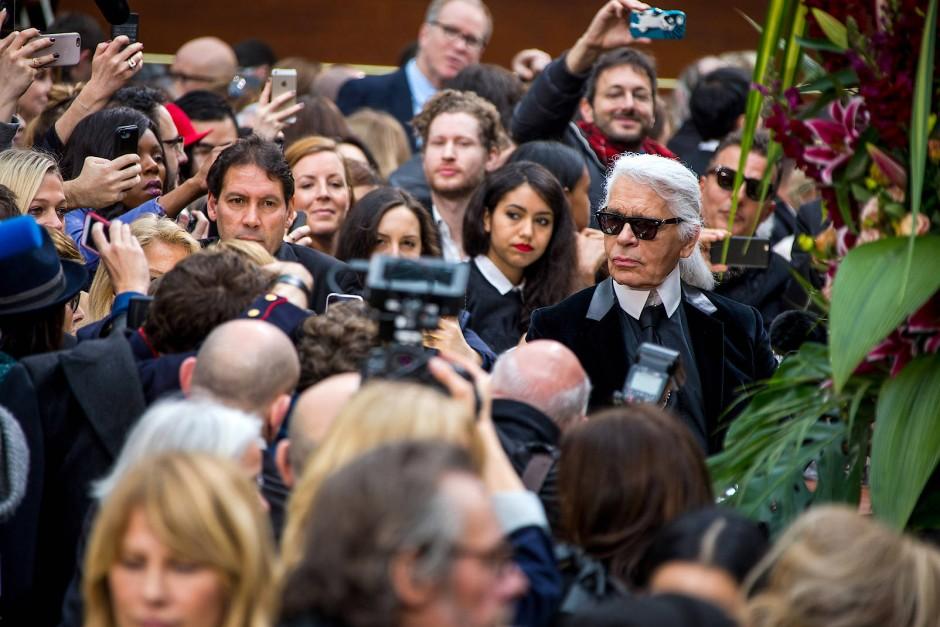 Alle Augen auf Karl Lagerfeld: In der Brasserie Gabrielle zeigt der Designer während der Pariser Modewoche 2015 seine Kollektion für Herbst und Winter.