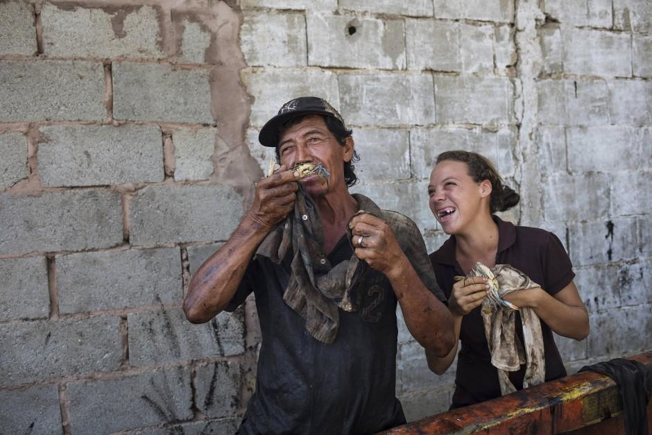 Fischer Antonio Tello und Tochter Genesis haben Spaß beim Säubern frisch gefangener Krebse.