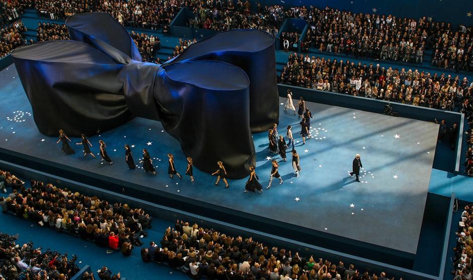 Aus der Vogelperspektive: Helmut Fricke ist fürs Schluss-Defilee am 5. Oktober 2007 unters Dach des Grand Palais geklettert.