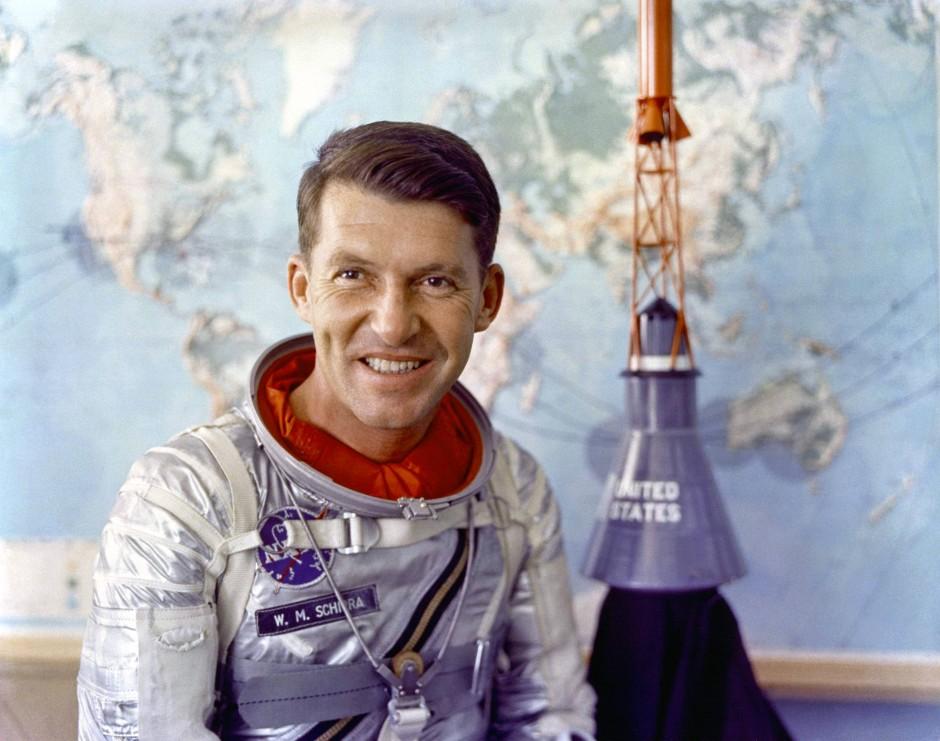 Der Mann, der die erste Hasselblad-Kamera ins All brachte: Wally Schirra vor einem Modell des Raumschiffes der Mercury-Mission im Jahr 1962.