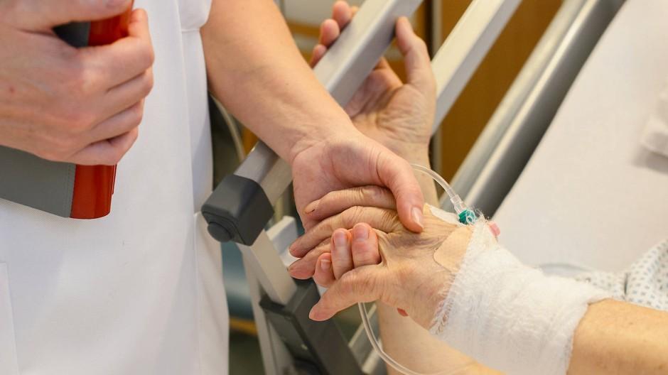 Krankenschwester bei einem Patienten