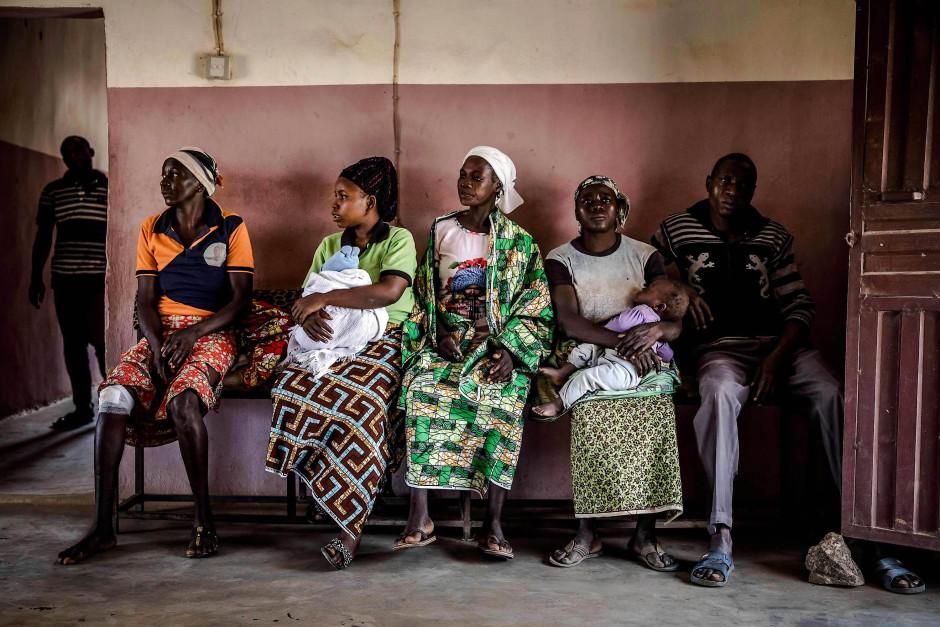 Adara-Bauern, die bei Fulani-Angriffen verletzt wurden, warten darauf, im Nassara-Krankenhaus in Kajuru behandelt zu werden.