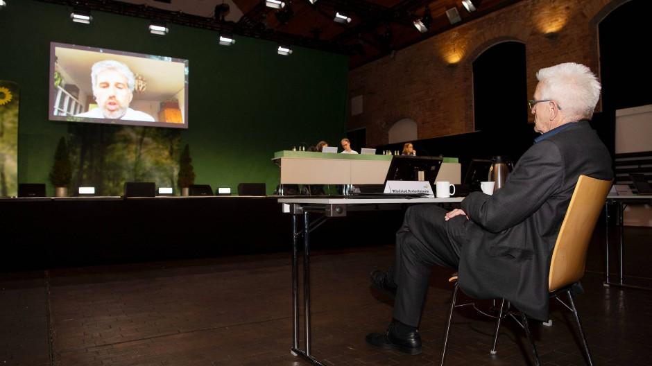 Winfried Kretschmann, Ministerpräsident von Baden-Württemberg, verfolgt die Rede Boris Palmers beim digitalen Landesparteitag der Grünen.