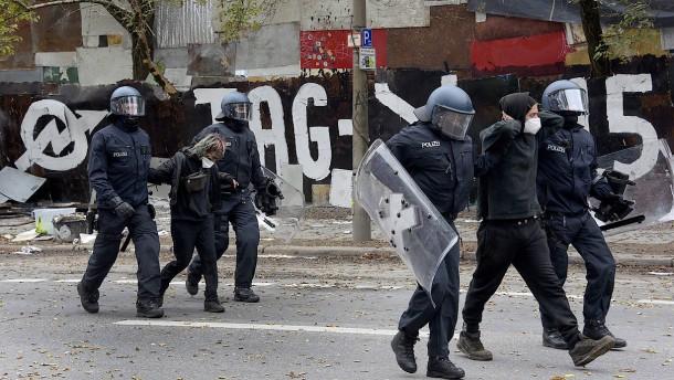 """Polizei holt Dutzende Bewohner aus dem """"Köpi"""""""