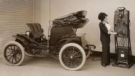 1912: Ein Columbia Mark 68 Victoria lädt auf.