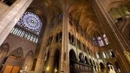 Der Brand ist gelöscht, doch das Ausmaß der Schäden an der weltberühmten Pariser Kathedrale Notre-Dame ist verheerend: Die Flammen zerstörten weite Teile des Daches und brachten einen Kirchturm zum Einsturz. Die Struktur der gotischen Kathedrale und die Fassade mit den beiden Haupttürmen konnten aber gerettet werden: Das Foto zeigt eine der prächtigen weltberühmten Fensterrosen von Notre-Dame vor dem Brand.