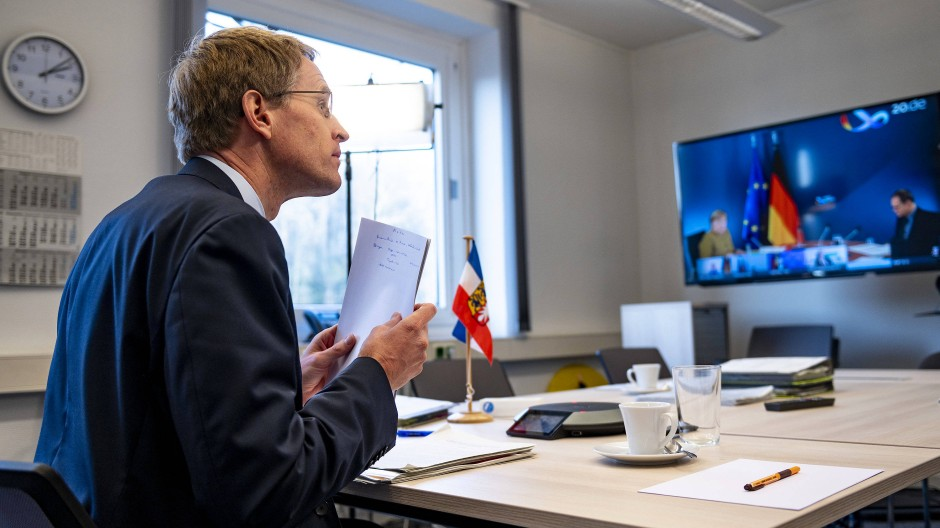 Daniel Günther (CDU), Schleswig-Holsteins Ministerpräsident, sitzt bei Beratungen der deutschen Ministerpräsidenten mit Bundeskanzlerin Merkel in einer Videokonferenz in der Kieler Staatskanzlei.