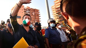 Salvini wird in Mondragone niedergeschrieen