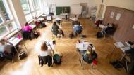 Angehende Konditorenmeister nehmen am Unterricht in einer gewerblichen Schule in Stuttgart teil.