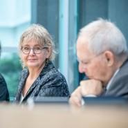Die Vorsitzende des Bürgerrats, Marianne Birthler (Mitte), bei einer Pressekonferenz mit Bundestagspräsident Wolfgang Schäuble (rechts) und Claudine Nierth (links), Vorstandssprecherin von Mehr Demokratie e. V.