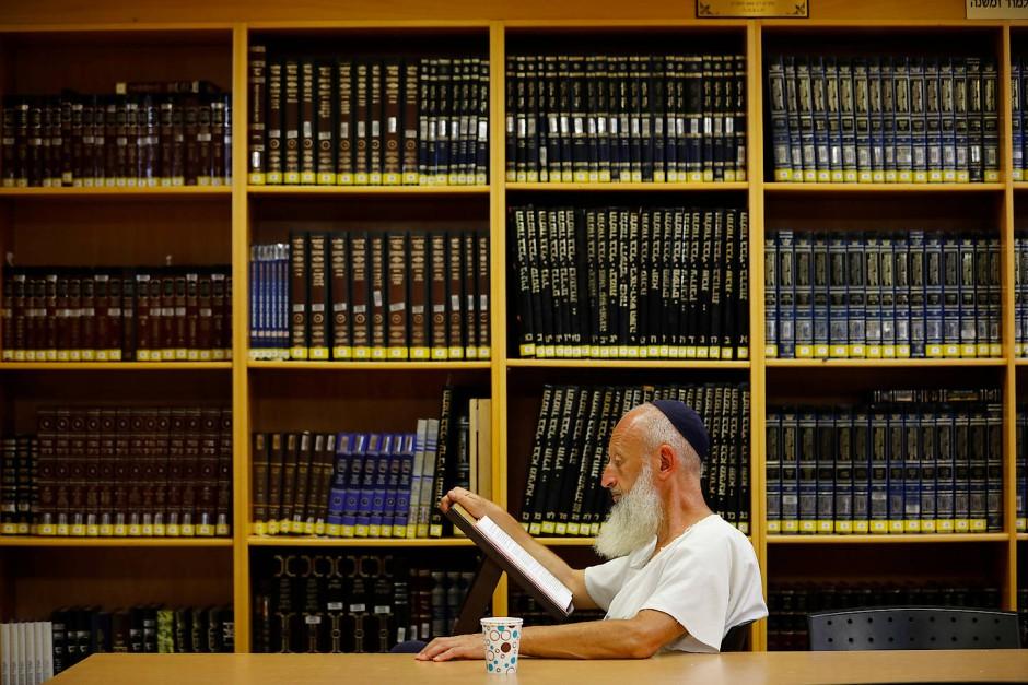Ein Mann liest in einem Rabbinerseminar in der Siedlung Ofra im Westjordanland. Ofra gehört zu den ältesten Siedlungen nach der Besetzung des Westjordanlands.
