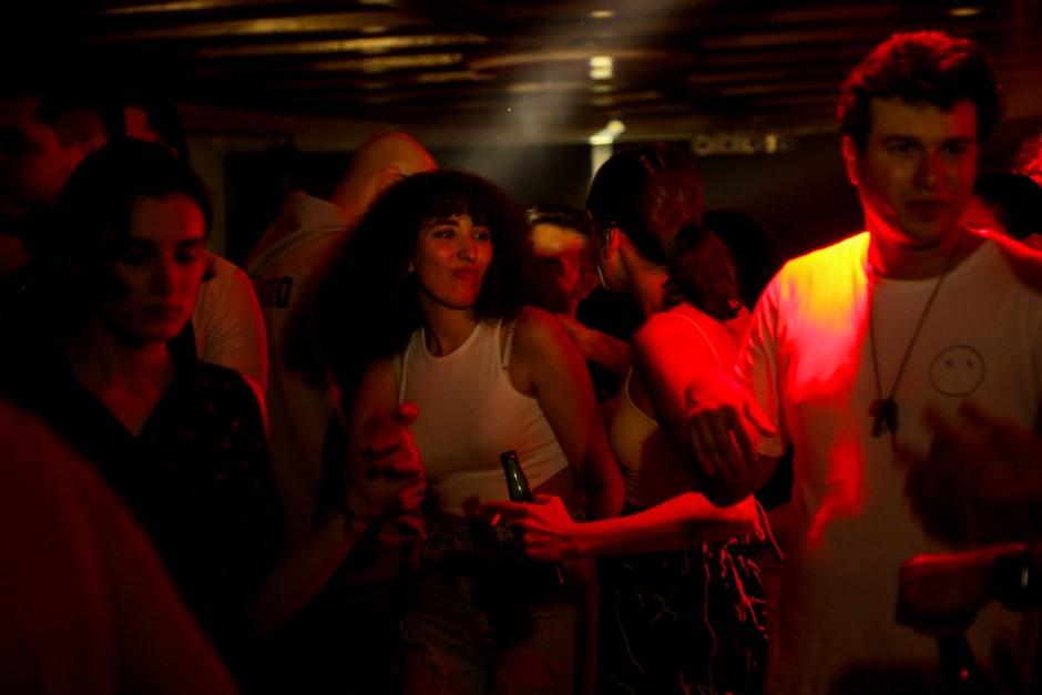 Sie tanzen ausgelassen: Ghenwa auf einer Technoparty in Damaskus.