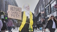 """Irland und das Abtreibungsverbot: Olivia Harris fotografierte die Aktivistin Megan Scott in Dublin. Sie posiert als heilige Brigid, Irlands Landespatronin. Harris bekam für ihre Geschichte """"Blessed Be the Fruit: Ireland's Struggle to Overturn Anti-Abortion Laws"""" den ersten Preis in der Kategorie für Fotoreportagen über gesellschaftliche Themen."""