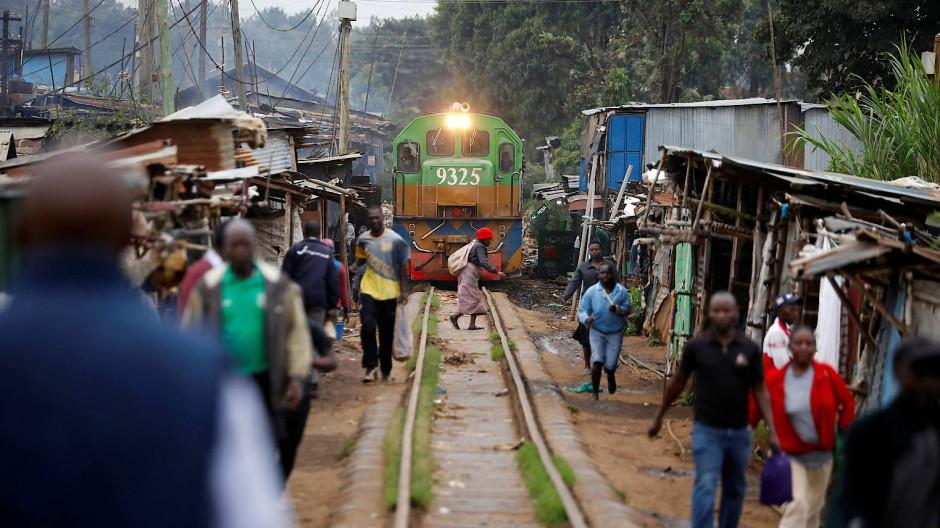 In Nairobi führt die Zuglinie mitten durch die Slums der Vorstadt Kibera.