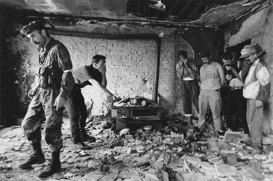 In den Trümmern eines Hauses in Krusha e Madhe entdecken Einwohner den Leichnam eines Angehörigen.