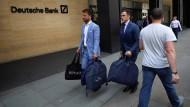 Dieses Foto geht gerade um die Welt: Vertreter des Londoner Nobelschneiders Fielding & Nicholson vor der Niederlassung der Deutschen Bank.