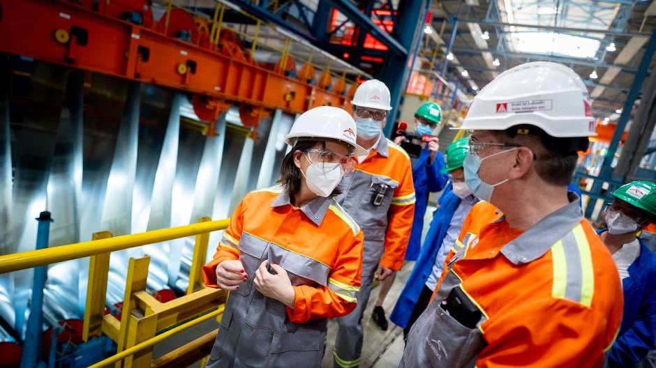 Schwieriges Terrain für die grüne Parteichefin: Annalena Baerbock am Freitag im Stahlwerk von ArcelorMittal in Eisenhüttenstadt