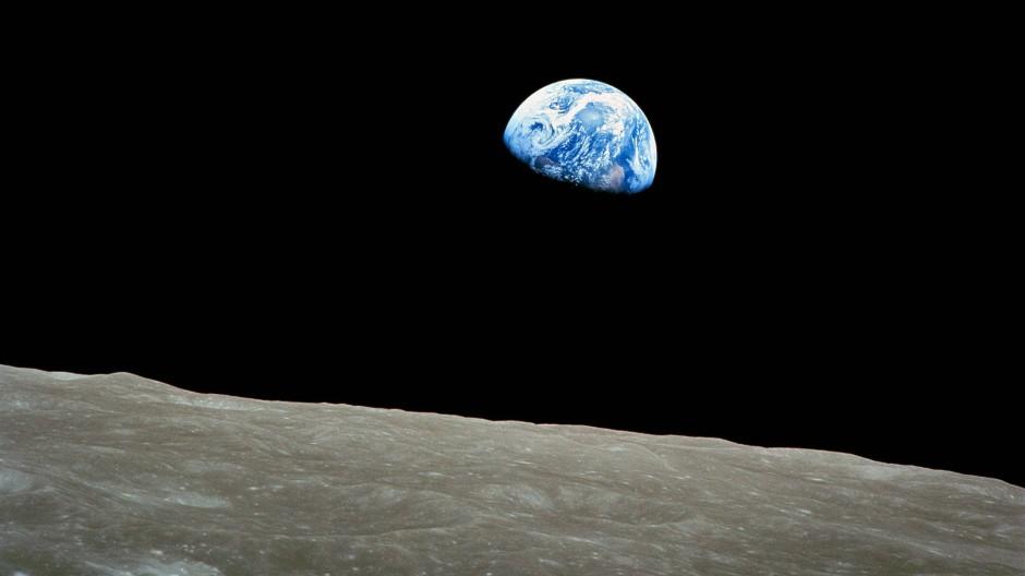 """Aufgang der Erde über den Mond. Das """"Earthrise"""" genannte Foto wurde am 24. Dezember 1968 von William Anders, Astronaut der Apollo-8-Mission, gemacht."""