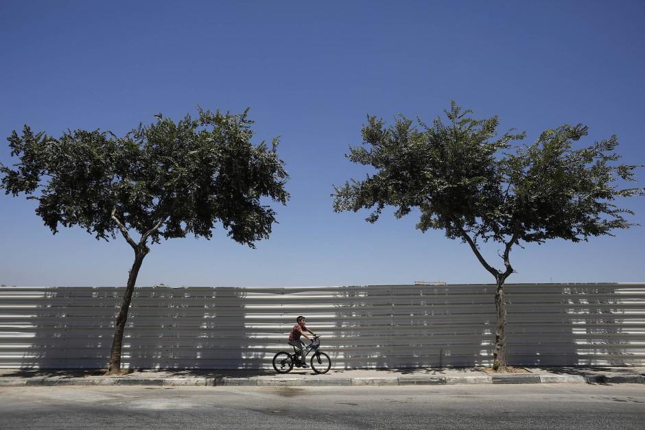 Ein Junge radelt durch die israelische Siedlung Beitar Illit.